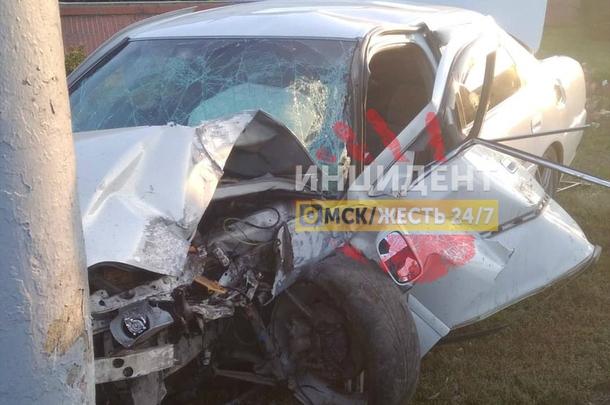 23-летний омич на«Тойоте» протаранил ограждение перед ТЦ Омский и врезался в столб