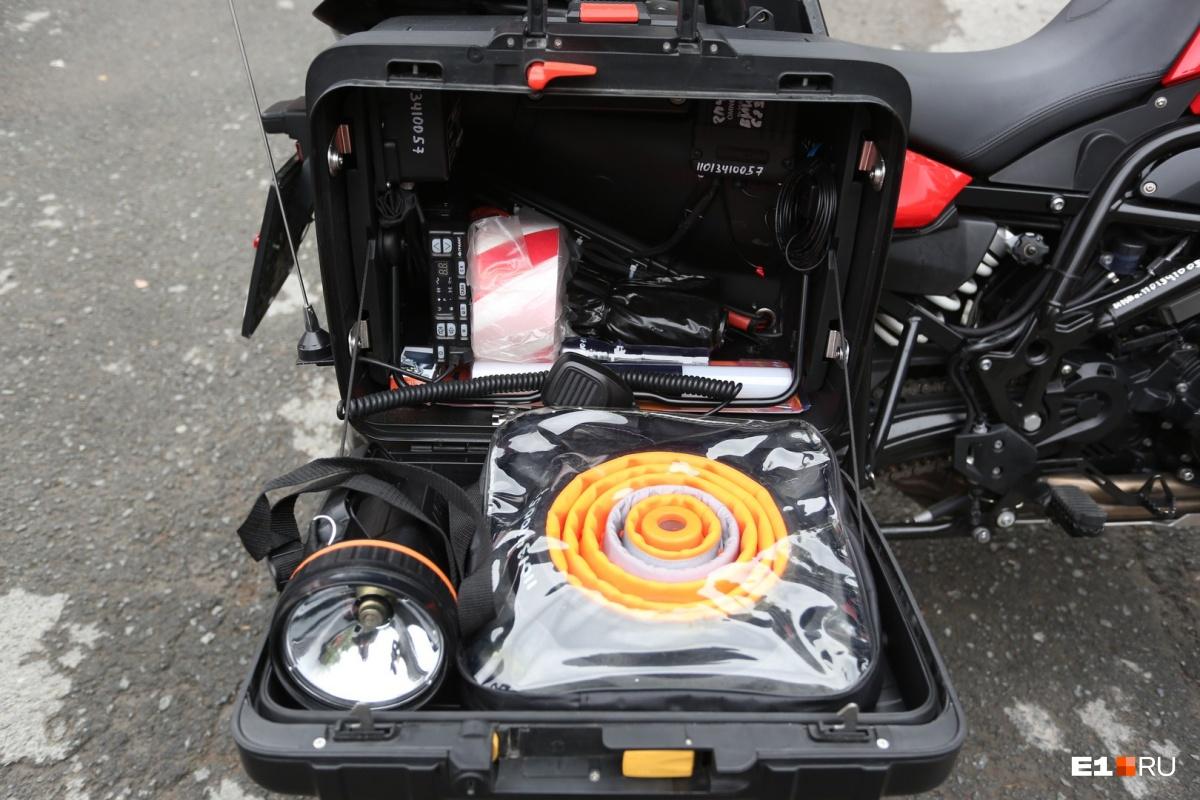 Разглядываем красные мотоциклы: в Екатеринбурге появились байкеры-пожарные на мощных BMW