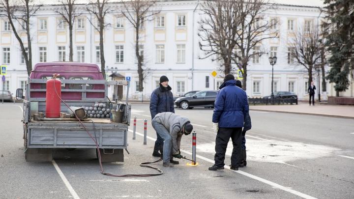 На Советской площади спиливают заборы-колышки