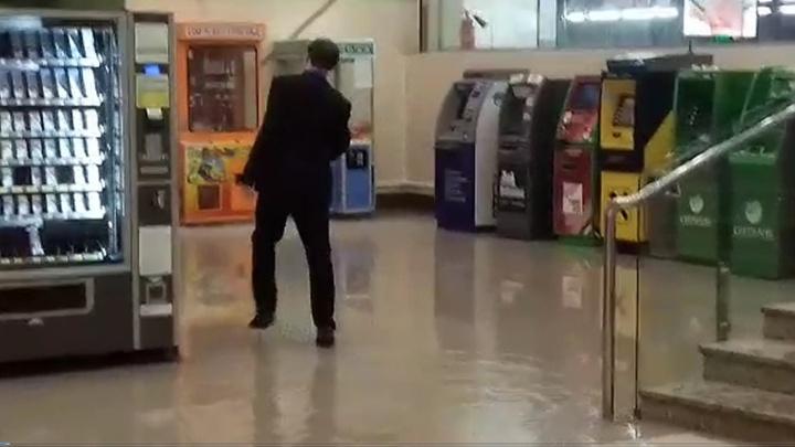 """В Екатеринбурге после проливного дождя затопило ТРЦ """"Академический"""""""