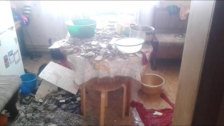 «Только вышла — послышался грохот»: в челябинском доме во время капремонта крыши рухнул потолок