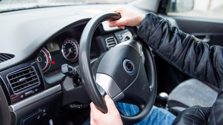 В Ярославле мужчина выбросил из машины женщину-водителя и раскурочил её автомобиль