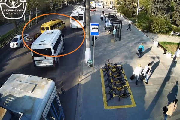 Маршрутчик не успел втиснуться между троллейбусом и микроавтобусом