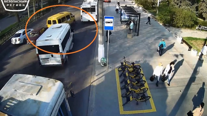 В Волгограде утром столкнулись легковушка, маршрутка и троллейбус