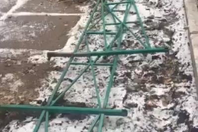 Рабочие вырвали половину ограждений во дворе