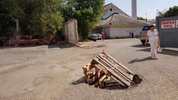 В центре Волгограда растет провал на пути к детской больнице