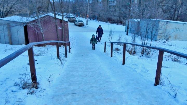 «Дочка чуть не разбила лицо»: в Волгограде дорога к детсаду превратилась в крутой аттракцион