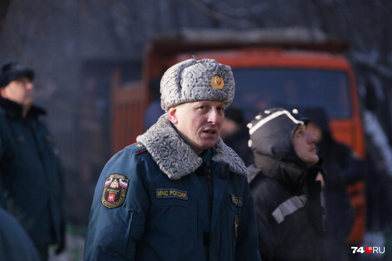 Действиями МЧС на месте происшествия руководит начальник регионального управления ведомства Юрий Буренко