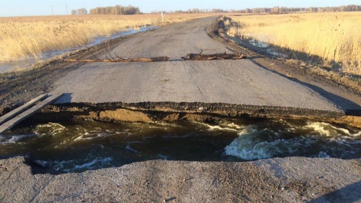 В Крутинском районе закрыли проезд в деревню из-за огромного провала в асфальте
