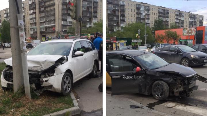 На Уралмаше произошло ДТП с участием «Яндекс.Такси», момент столкновения машин попал на видео