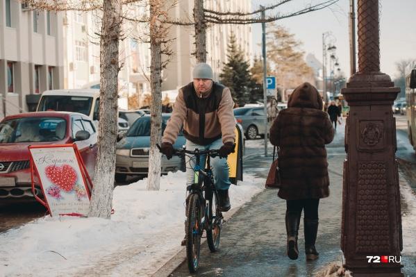 Пока одни упорно продолжают кутаться в меха, другие уже вовсю щеголяют в легких куртках и устраивают покатушки на велосипедах