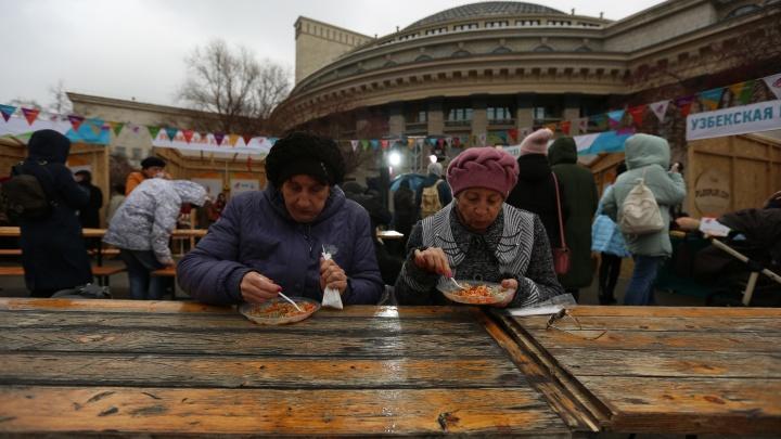Ждут Газманова: сотни горожан пришли на День народного единства в центре Новосибирска (обновляется)