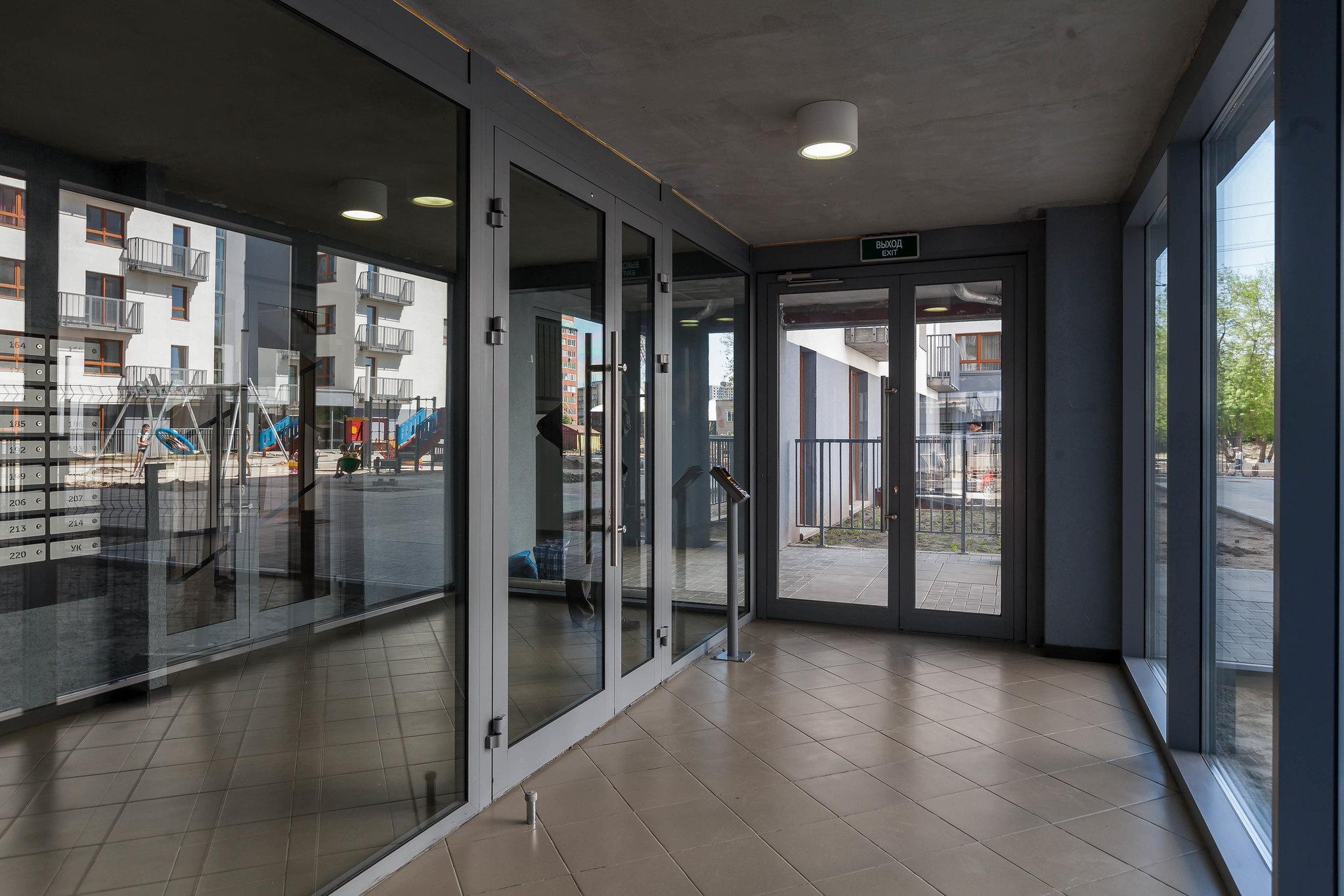 Подъезды светлые и просторные с входами без ступеней. На первых этажах расположены велосипедные и колясочные для жильцов
