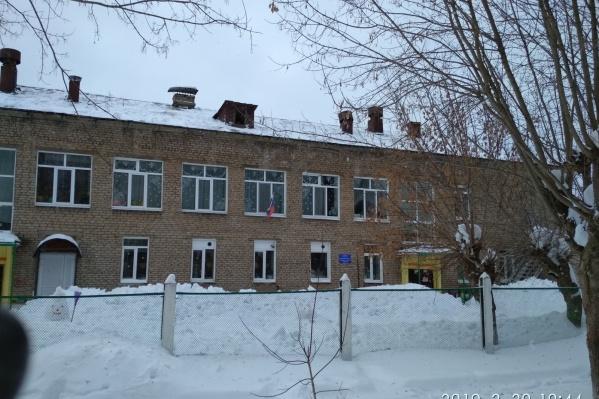 Снег упал с крыши этого детского сада