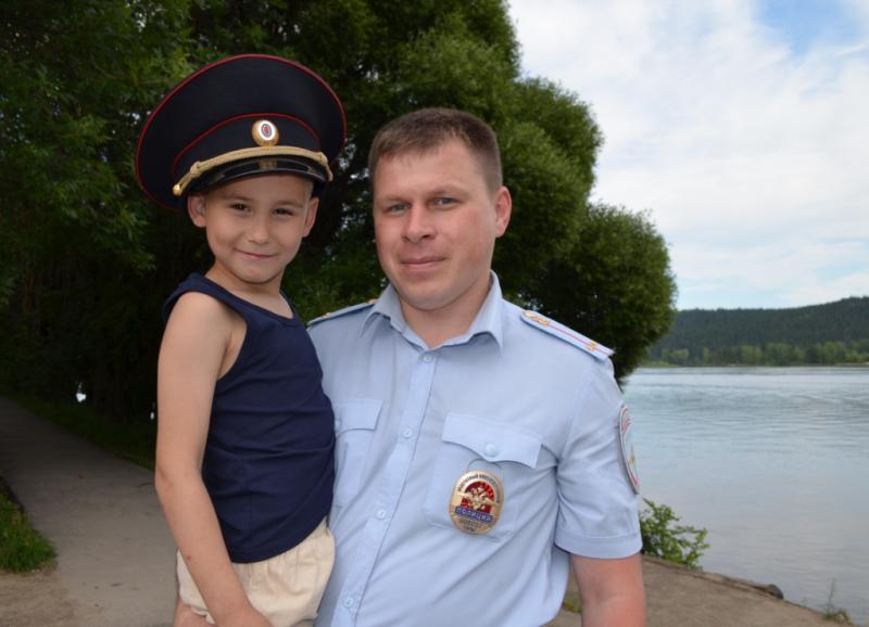 Мальчик поблагодарил дядю Мишу и пообещал тоже стать полицейским