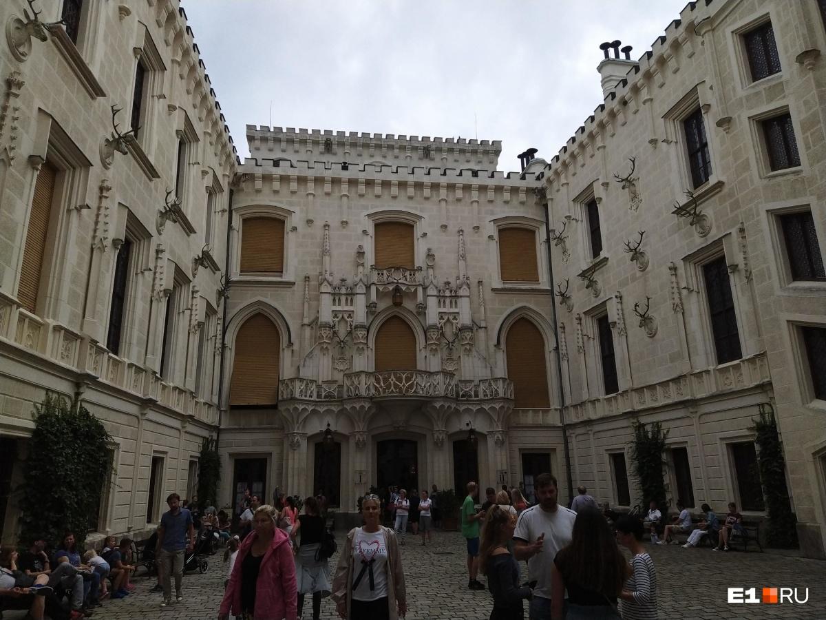 Замок посещают множество туристов