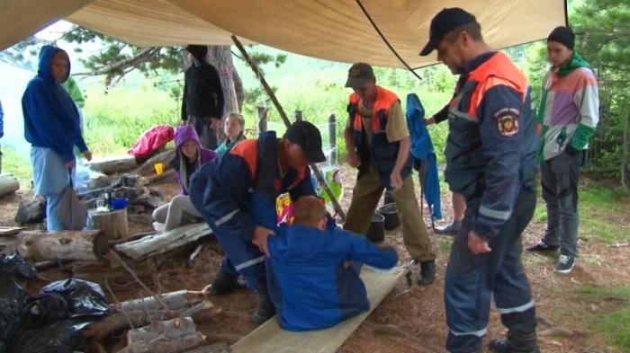 Спасатели прилетели к группе туристов на вертолете