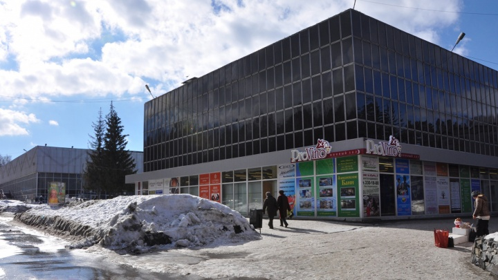 Приставы начали опечатывать входы в два торговых центра в Академгородке