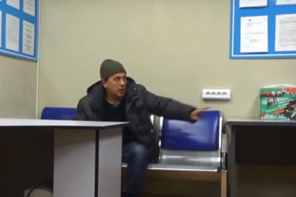 Мужчина агрессивно вёл себя и в отделе полиции и даже замахнулся на сотрудника