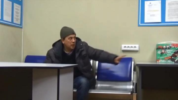 Замахнулся на полицейского и ломился через решётку: в МВД сняли ролик с пьяным дебоширом из Толмачёво