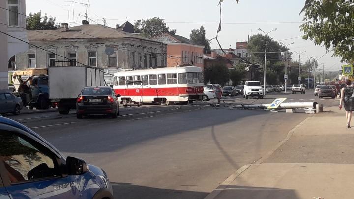 В Самаре на улице Фрунзе трамвай снес столб