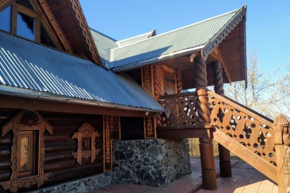 У дома два резных крыльца и богато украшенные наличники