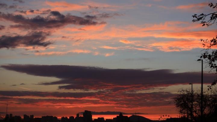 Жители Красноярска 17 минут наблюдали огненный ярко-красный закат над городом