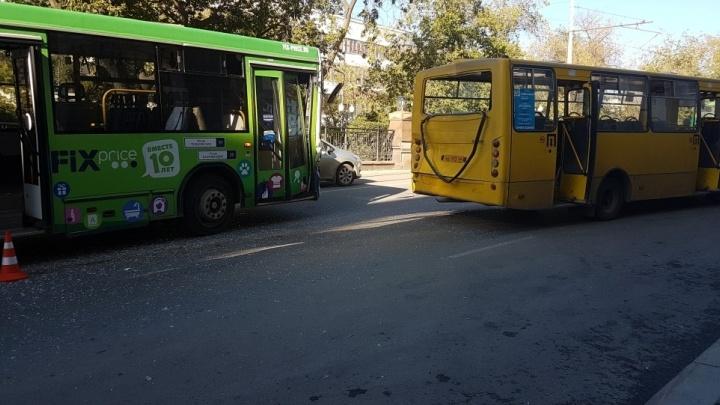 В центре Екатеринбурга автобус въехал в маршрутку: есть пострадавшие