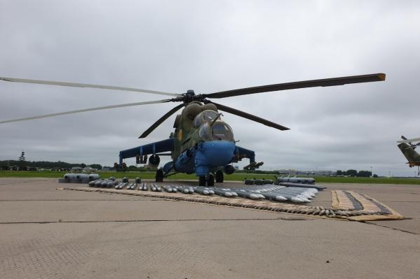 Экипаж вертолёта состоит из трёх человек