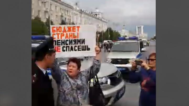 На несогласованной акции у кинотеатра «Россия» задержали шесть человек
