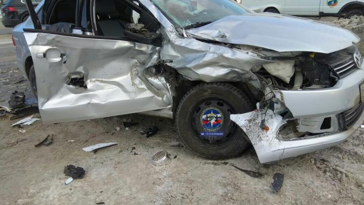 Двух пассажиров «Фольксвагена» увезли в больницу после аварии с тремя авто на Станционной