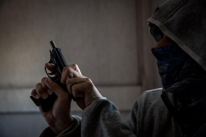 Жители сейчас ищут стрелка, который уничтожил кормушку с синицами