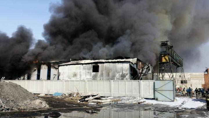 В Омске загорелся цех с канифолью: собираем информацию в режиме онлайн