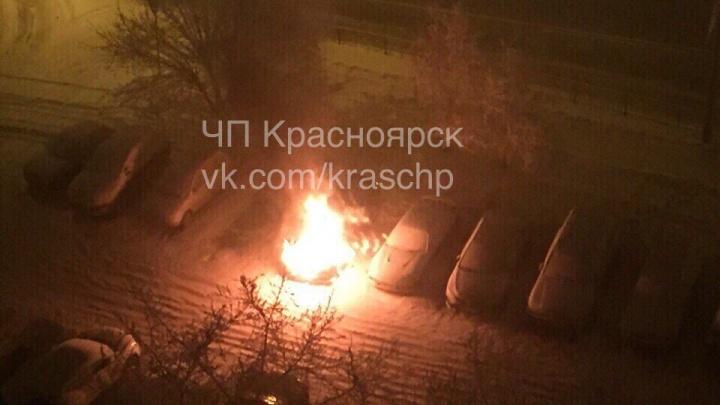 Во дворе дома на левобережье дотла сгорел автомобиль