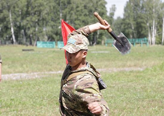 Разведчики из Казахстана поставили рекорд по метанию сапёрных лопат и ножей под Новосибирском