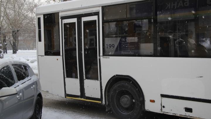 В Омске у муниципального автобуса на ходу отвалилась дверь