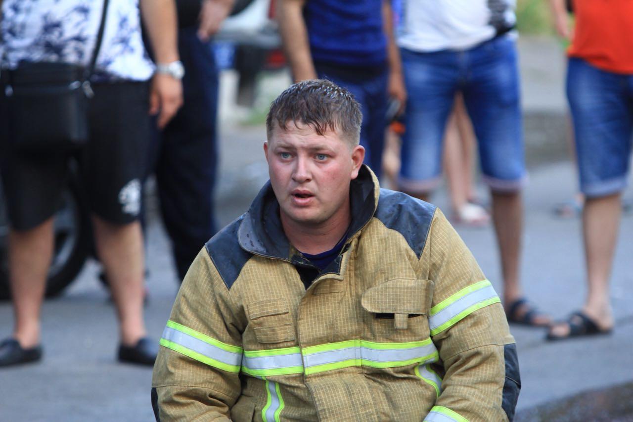 Пять часов пожарные тушили огонь, который распространялся под крышей дома