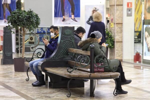 В торговом центре было несколько посетителей в масках, их запросто можно сосчитать по пальцам. А вот продавцы и работники — все они как один в масках. Продавцы и консультанты говорят, что соблюдают меры профилактики в эпидсезон