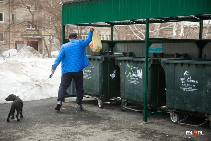 На этой площадке четыре контейнера с мусором, и жильцы дома платят только за них