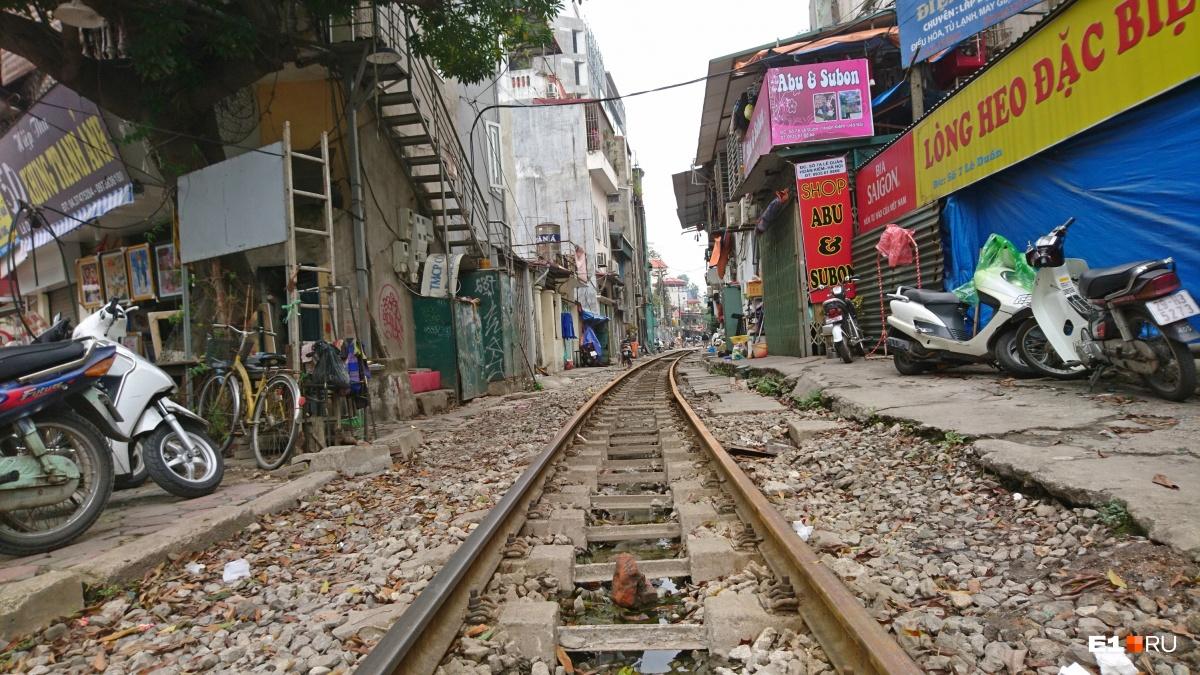 В Ханое (Вьетнам) поезда иногда идут прямо по центру города. Хотя сейчас это уже редкость