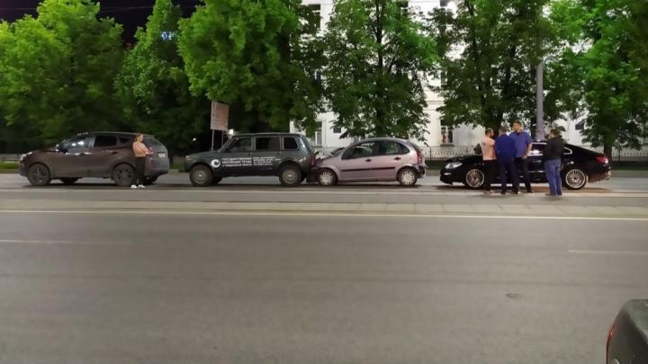 Дорожное видео недели: паровозик на Ленина, сбитая на Уралмаше девочка и вылет грузовика в столб