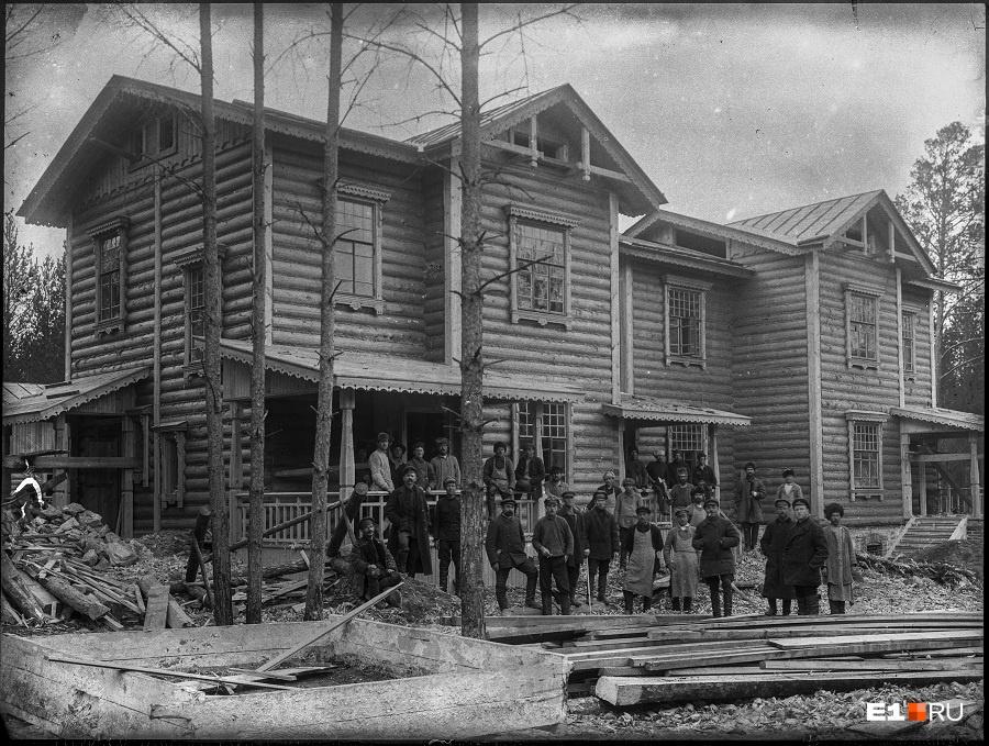 В поселке строили комфортабельные дома с уборными и кухнями