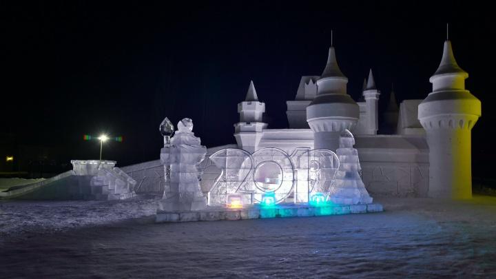 Замок изо льда: в спорткомплексе у Советского парка открыли ледовый городок