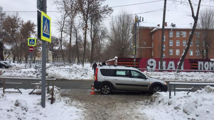 Водитель «Лады-Ларгуса» сбил женщину и двух девочек в квартале от «Вива Лэнда»