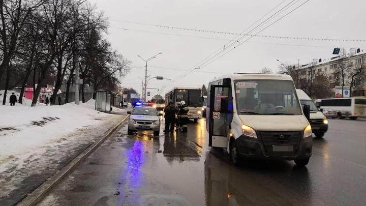 В Уфе водители маршрутных «Газели» и НЕФАЗа схлестнулись в битве за пассажиров