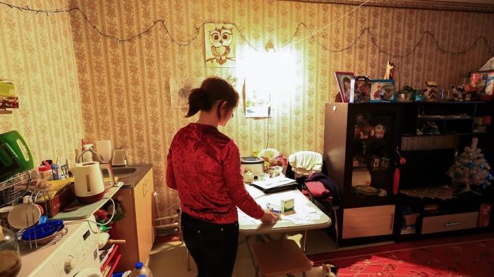 «Работаю и не вижу детей»: рассказываем, как живет мать, которой чиновники выделили микропособие