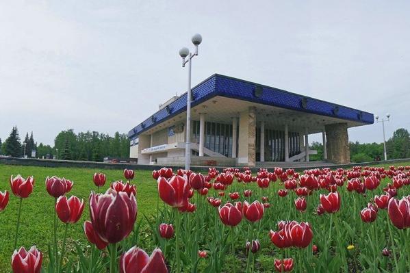 На фото: ухоженная площадь перед зданием уфимской администрации