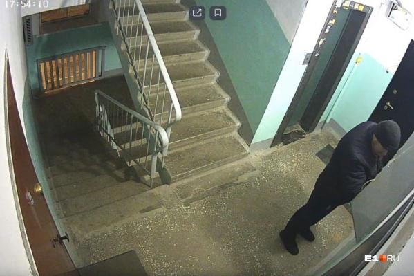 Мужчина попал на камеры наблюдения