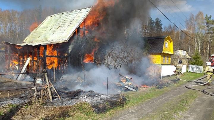 Тушили даже соседи: на даче в Рыбинском районе случился огромный пожар