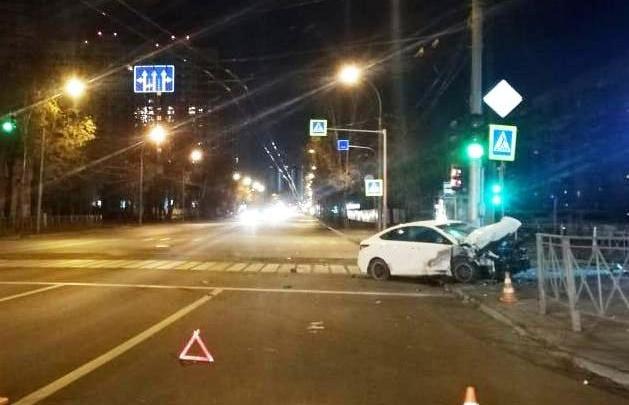 Два человека получили травмы в жёстком ночном ДТП возле зоопарка